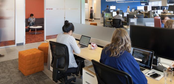 Deux employés de Splunk qui évaluent des données sur leur ordinateur.