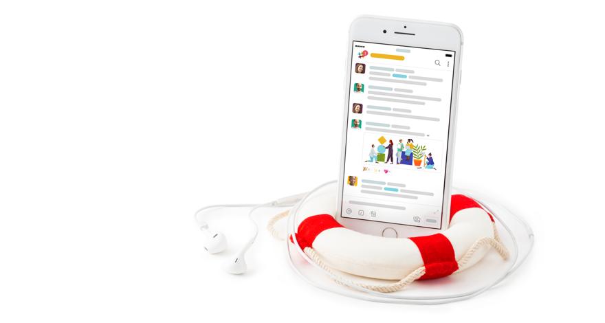 Mobile App von Slack auf einem Smartphone, das in einem Rettungsring liegt