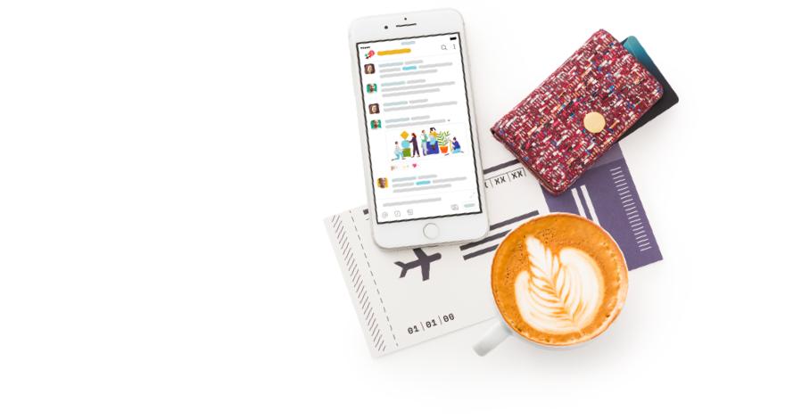 Mobile App von Slack auf einem Smartphone neben einer Brieftasche, einem Flugticket und einem Latte