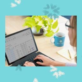 Representante de ventas de Snowflake trabajando en una computadora portátil
