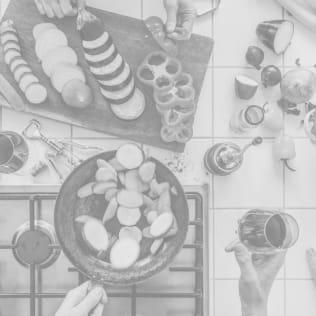 Visão aérea de duas pessoas preparando uma refeição na cozinha