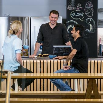 Des employés Xero qui discutent dans un café