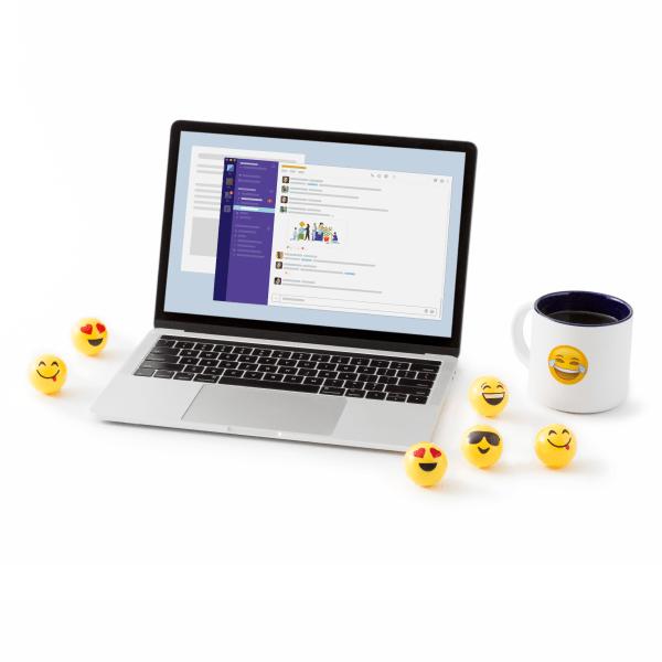 デスクでノートパソコンを前に座り、人事チームのメンバーと Slack でコラボレーションしている男性。