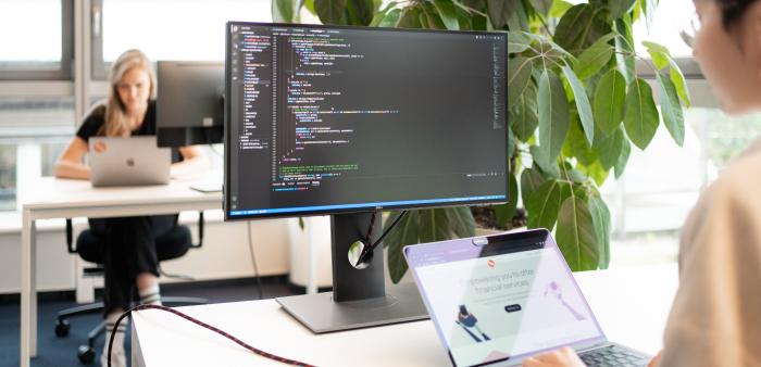 Menschen, die in einem Büro an Computern arbeiten