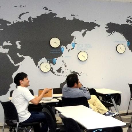 オフィス内のノートパソコンと会社員