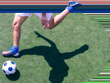 Jugador de fútbol golpeando el balón