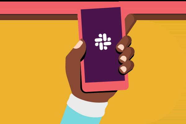 Una mano sostiene un teléfono con la aplicación de Slack