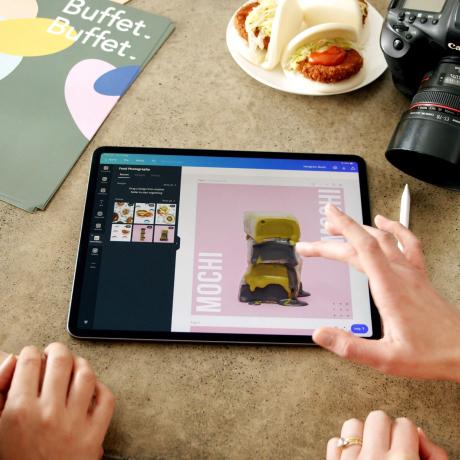 iPad でデザインテンプレートを見ている人